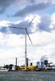 Ветрянка и угл-увольнянная электростанция портом Антверпена стоковое фото rf