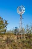 Ветрянка и цистерна с водой камня Стоковые Фото