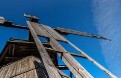 Ветрянка, лезвия, голубое небо, облака стоковые фотографии rf
