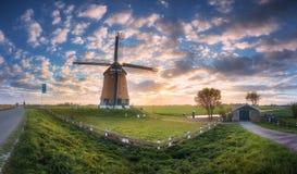 Ветрянка на восходе солнца в Нидерландах Красивая старая голландская ветрянка Стоковые Фотографии RF