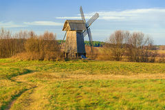 Ветрянка на зеленой траве Стоковое Фото