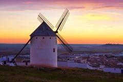 Ветрянка на поле в восходе солнца Стоковые Изображения