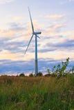 Ветрянка на сельском поле в заходе солнца ветер турбин источника фермы альтернативной энергии Стоковая Фотография RF