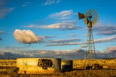 Ветрянка на ферме около Альбукерке, Неш-Мексико Стоковые Фото