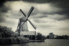 Ветрянка около Амстердама с драматическими облаками, Нидерландов Стоковое Изображение
