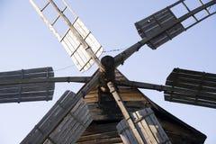 Ветрянка стоя против голубого неба Стоковые Изображения