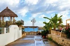 Ветрянка с белым пропеллером Бали, Крит, Греция Стоковые Фотографии RF