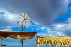 Ветрянка с белым пропеллером Бали, Крит, Греция Стоковое Изображение