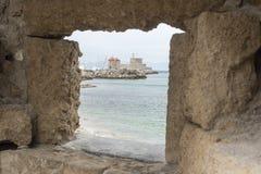 Ветрянки гавани Mandraki, городок Родоса от крепости Родоса Стоковые Фотографии RF