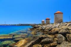 Ветрянки гавани Mandraki на острове Родоса Греции день солнечный Стоковые Фотографии RF