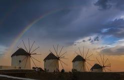 Ветрянки и радуга Mykonos стоковые изображения