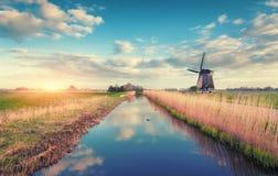 Ветрянки на восходе солнца Деревенский ландшафт весны Стоковое Изображение