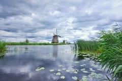 Ветрянки на канале, Kinderdijk, Нидерландах Стоковая Фотография