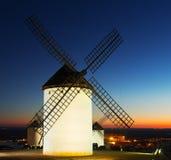 Ветрянки на поле в вечере Стоковая Фотография