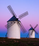 2 ветрянки на поле в восходе солнца Стоковое Фото