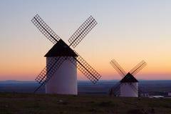 Ветрянки на поле в восходе солнца Стоковые Фотографии RF