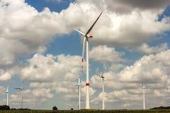Ветрянки на поле Производить турбин ветрогенераторов электрический Стоковые Фото