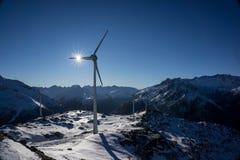 Ветрянки на снежном mountainpeak стоковое изображение