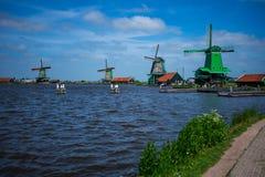Ветрянки около озера, Голландии, Нидерланд стоковые фотографии rf