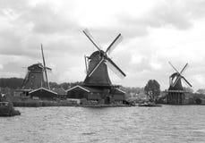 3 ветрянки портового района голландских под облачным небом, Zaanse Schans, Нидерландами Стоковая Фотография