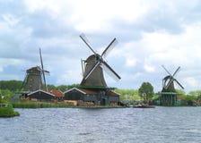 3 ветрянки портового района голландских против облачного неба, Нидерландов Стоковые Изображения RF