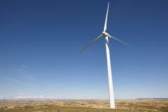 2 ветрянки eco содружественных обеспечивая энергию Очистите альтернативную возобновляющую энергию Стоковые Изображения RF