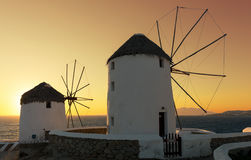 Ветрянки Mykonos, Греции, на заходе солнца Стоковые Фото