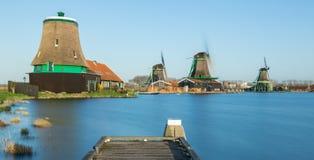 Ветрянки Zaanse Schans деревянные на реке Стоковое Изображение RF