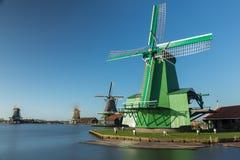 Ветрянки Zaanse Schans деревянные на реке Стоковое Изображение