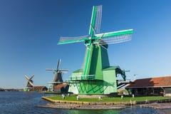 Ветрянки Zaanse Schans деревянные на реке Стоковые Фотографии RF
