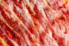 Ветчина аппетитных кусков иберийская на переднем плане как текстура Сырое мясо которое будет статьей изысканной кухни и гастроном стоковая фотография