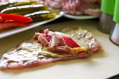 Ветчина свинины свертывает с огурцом, паприкой, домодельной Стоковые Фотографии RF