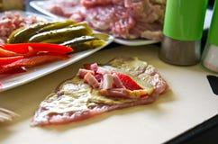 Ветчина свинины свертывает с огурцом, паприкой, домодельной Стоковые Фото