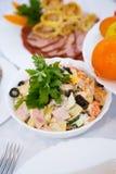 Ветчина с оливками и овощи в майонезе и петрушке листают красиво послуженный Взгляд со стороны конец вверх праздничная таблица стоковое изображение