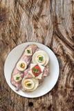 Ветчина яичка сыра бекона и сандвич томата на деревянной предпосылке Стоковое Фото