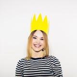 Вечеринка по случаю дня рождения, масленица Нового Года Молодая усмехаясь женщина на белой предпосылке празднуя brightful событие Стоковые Фото