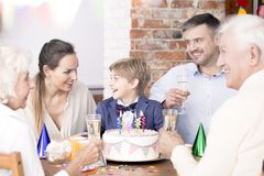 Вечеринка по случаю дня рождения с семьей стоковая фотография rf