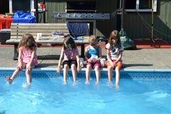 Вечеринка у бассейна заднего двора Стоковое Изображение RF
