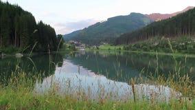 Вечерние часы на озере Gerlos в Tirol Австрии сток-видео