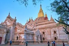 Вечер в дворе виска Ananda, Bagan, Мьянме Стоковая Фотография RF