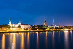 Вечер в Риге, Латвии Взгляд ночи с голубым небом Copyspace Стоковые Фото