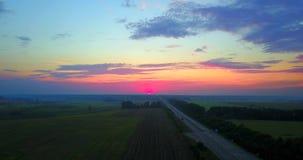 Вечер захода солнца лета над дорогой и ландшафтом поля Полет трутня видеоматериал