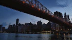 Вечер или сумрак устанавливая съемку центра города Манхаттана и моста Queensboro акции видеоматериалы