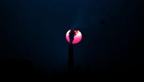 Вечер и дым ` s фабрики кирпича который делает художническую сцену Стоковое Изображение