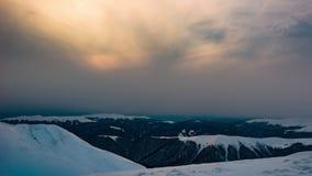 Вечер красивой горы солнечный, гора под небом видеоматериал