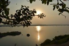Вечер на реке Mahanadi, Sambalpur, Odisha стоковая фотография