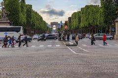Вечер на des Champs-Elysees бульвара Стоковые Фотографии RF