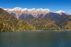 Вечер осени на озере Ritsa горы Абхазия Стоковое Изображение
