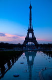 Вечер Парижа с Эйфелевой башней стоковые изображения rf
