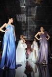 вечер платья подиума моделирует износ прогулок Стоковые Изображения
